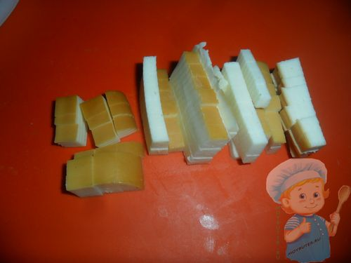 Нарезаем сыр или натираем
