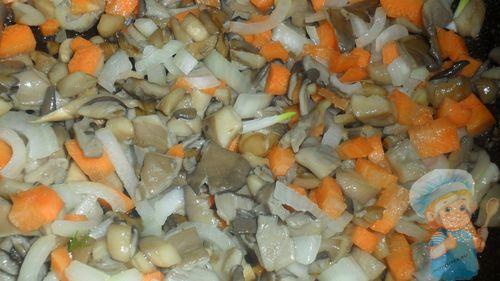 Добавляем лук и морковь