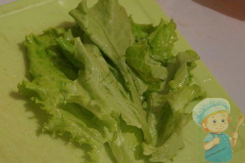 Вымойте листья салата