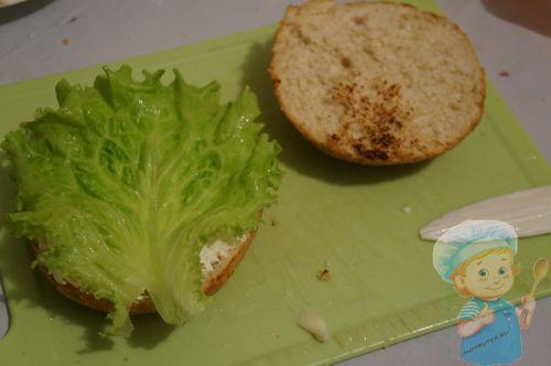 Выкладываем на булочку салат
