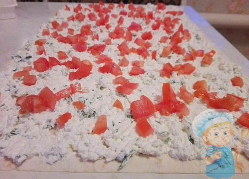 Выкладываем на лаваш сыр, начинку и помидорки