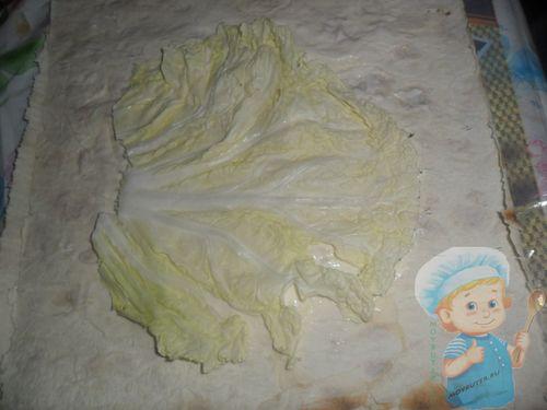Выкладываем лист капусты на лаваш