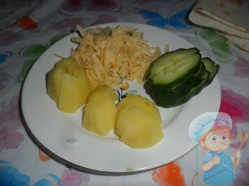 Нарезаем картофель, огурец