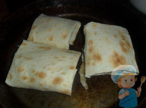 Обжариваем лаваш с ветчиной и сыром