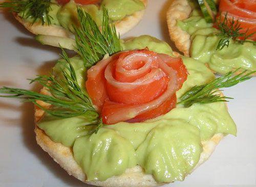 Тарталетки с семгой и авокадо