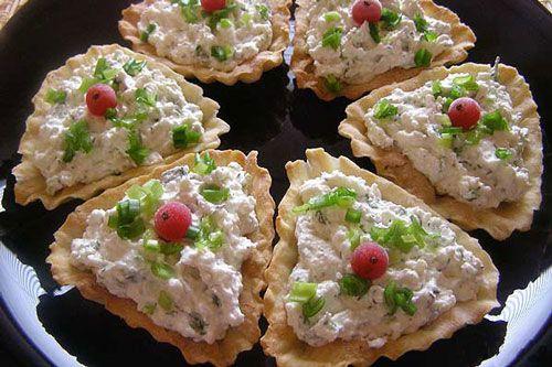 Тарталетки с творогом и зеленым луком