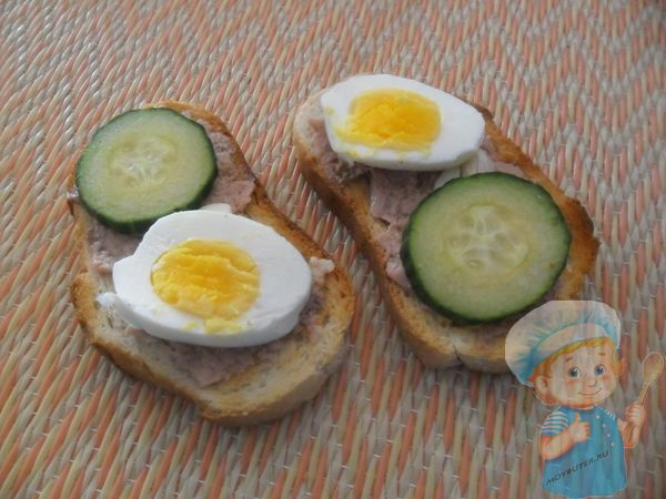 Добавляем яйцо и огурец