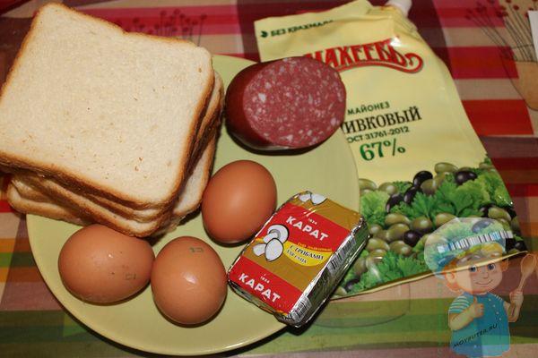 Продукты для бутерброда с колбасой и яйцом