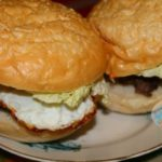 Гамбургер с яйцом на сковороде