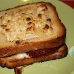 Бутерброд с яйцом и колбасой