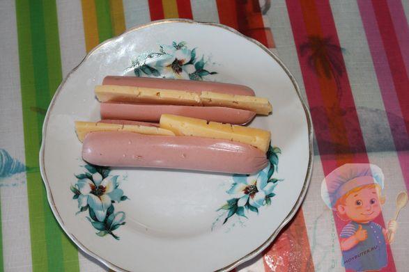 Укладываем сыр в сосиску