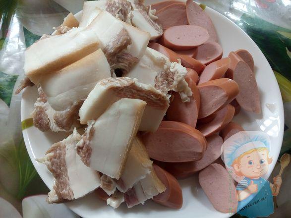 Нарезаем сальце и сосиски