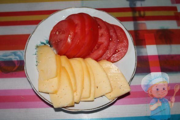 Нарежем помидоры и сыр