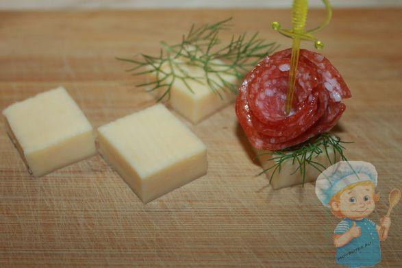 Скрепляем колбасу с сыром