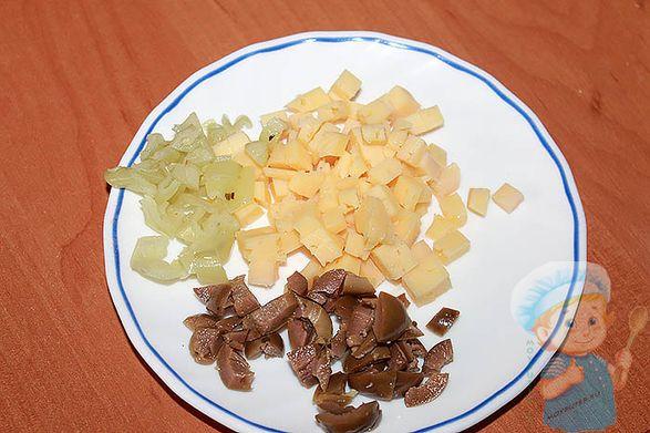 Нарезаем оливки, сыр, перец