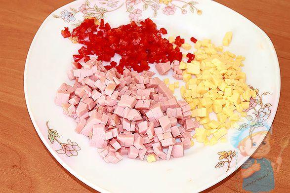 Нарезаем колбасу, сыр, перец