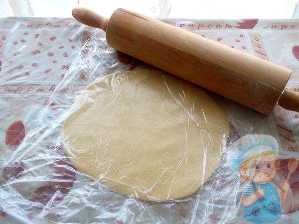 Раскатываем тесто и накрываем пленкой