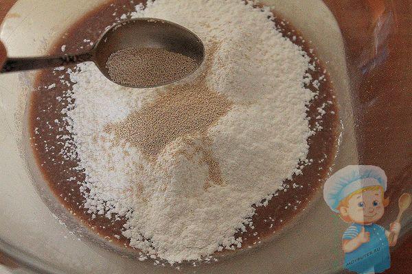 Добавляем дрожжи и сахар