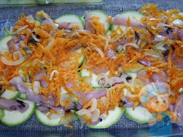 На кабачки выкладываем филе и морковь