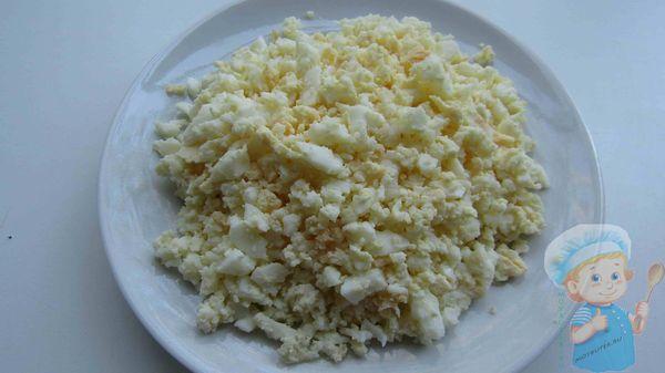 измельчаем варенные яйца
