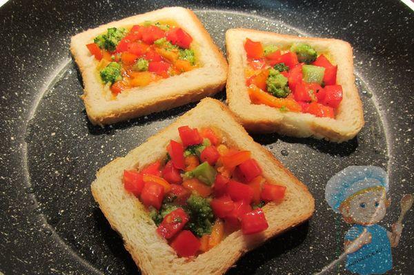 Наполняем начинкой тосты