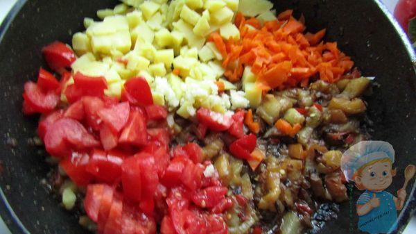 Добавляем морковь к овощам