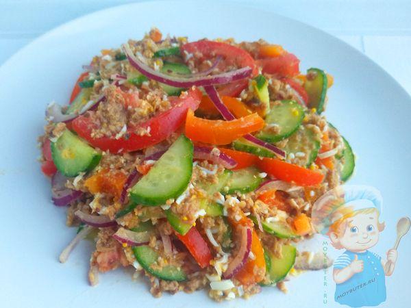 Выкладываем салат с тунцом на блюдо