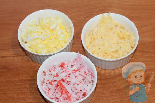 Натираем сыр, крабовые палочки и яйцо