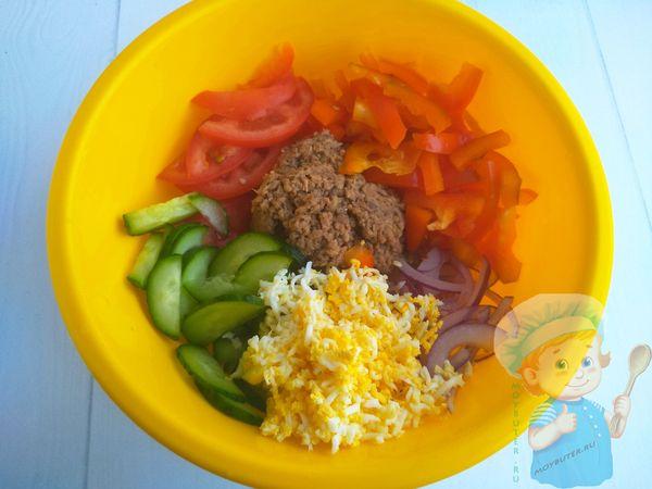 Перемешиваем компоненты салата