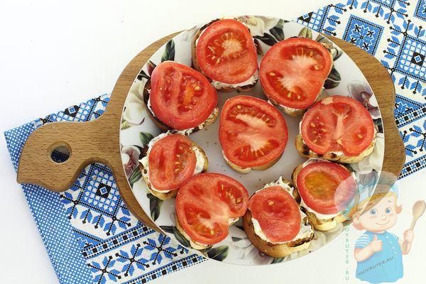 Выкладываем помидорки на бутер