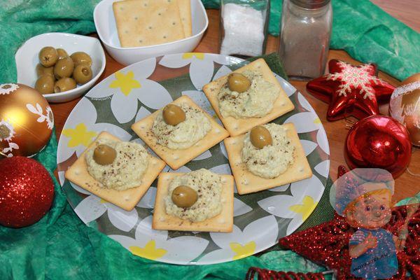 Новогодняя закаска из паштета с оливками