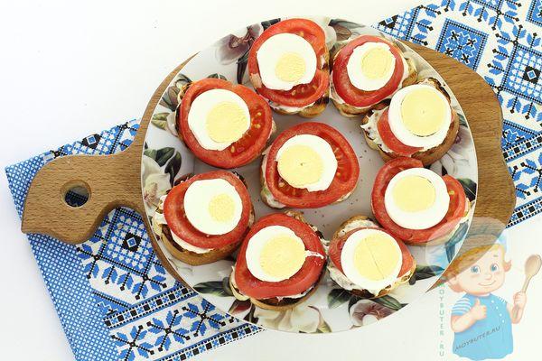 Яичные кружочки поверх помидорок