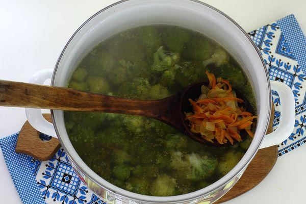 добавляем овощи в суп