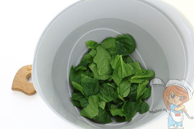 Листья шпината в миске