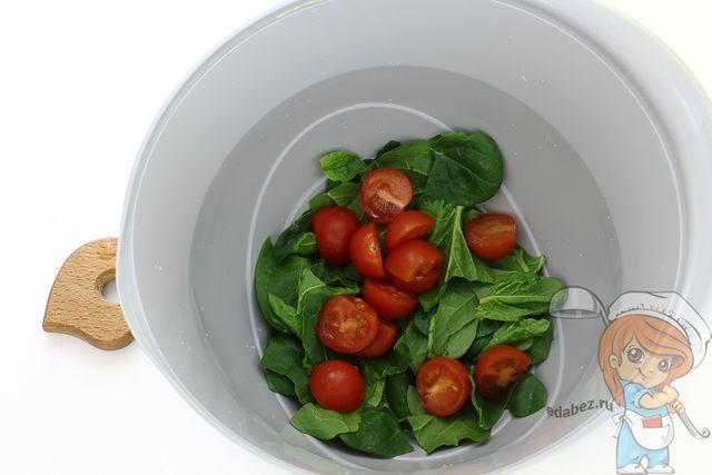 Кладем помидоры черри