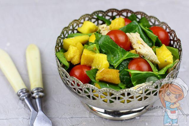 Рецепт приготовления салата со шпинатом, помидорами черри и грудкой